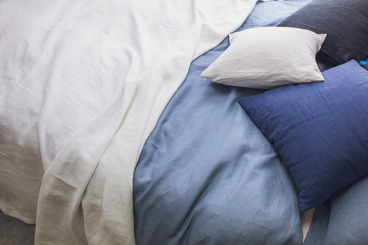 Blå puder og dyner på godt ret seng