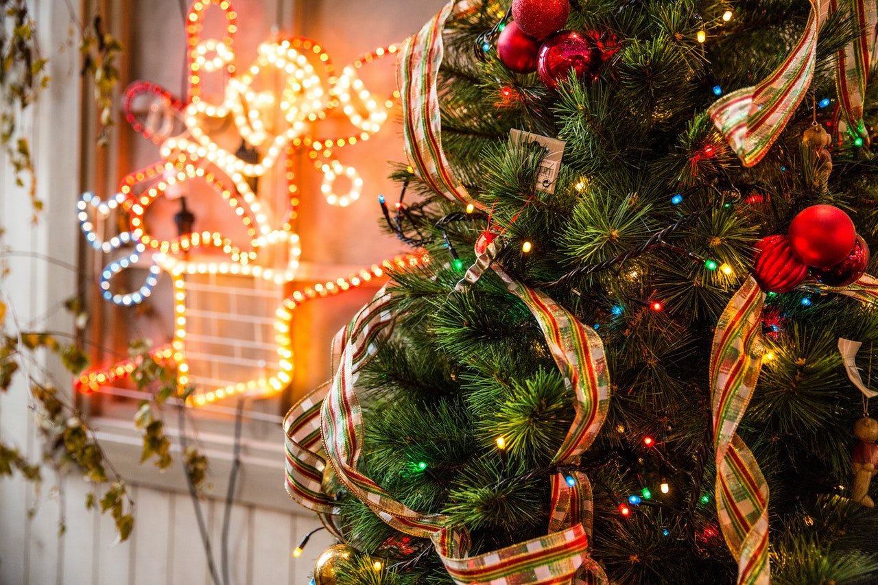Pyntet juletræ med lys i baggrunden